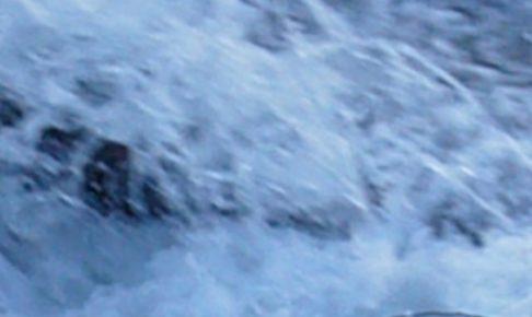 激しい水の流れ